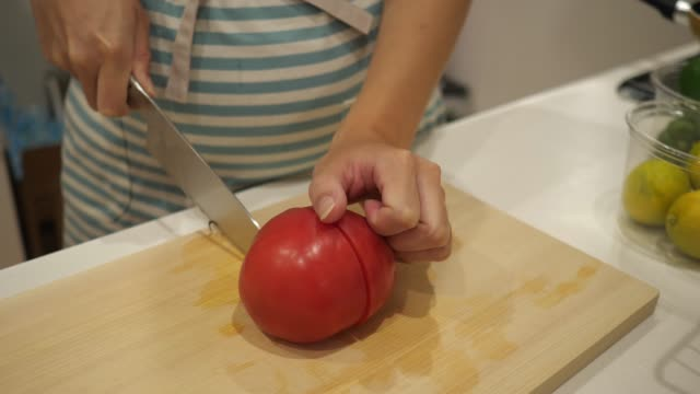 台所でトマトを切る妊娠中の女性 - 切る点の映像素材/bロール