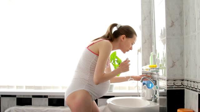 vídeos de stock e filmes b-roll de mulher grávida durante a manhã casa de banho em casa de banho - parte do corpo animal
