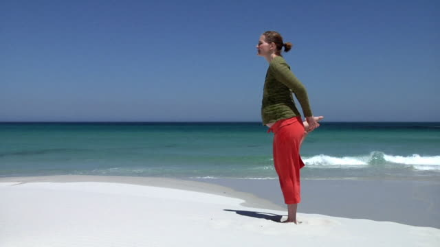 slo mo ws pregnant woman exercising on beach, cape town, south africa - 全身点の映像素材/bロール