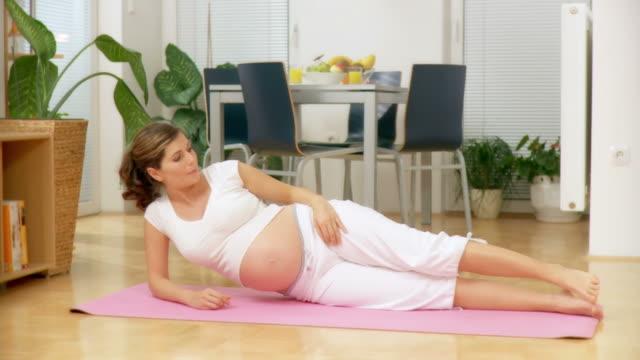 dolly hd: donna incinta fare esercizio - preparazione al parto video stock e b–roll