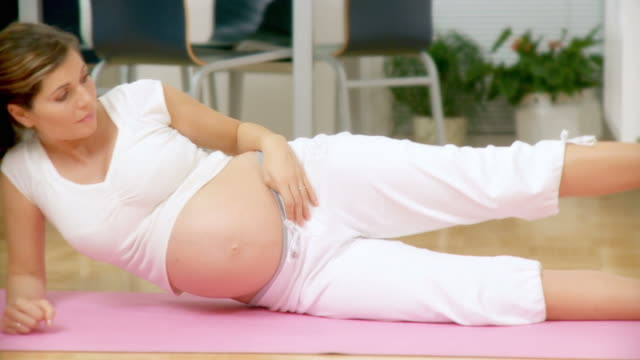 dolly hd: schwangere frau ausübung - hd format stock-videos und b-roll-filmmaterial