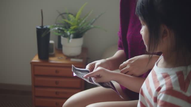 vídeos y material grabado en eventos de stock de mujer embarazada que espera recién nacido con su hija - embrión etapa humana