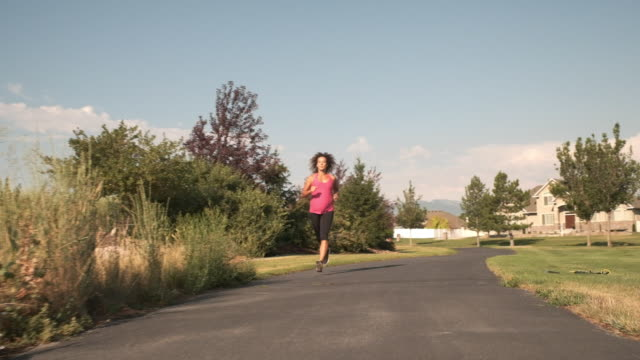 vídeos de stock, filmes e b-roll de mulher grávida de exercícios - cuidado pré natal