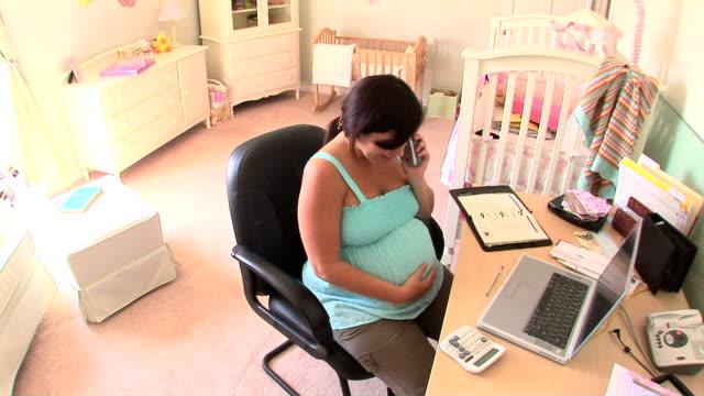 vídeos de stock e filmes b-roll de pregnant woman in nursery - quarto do bebé
