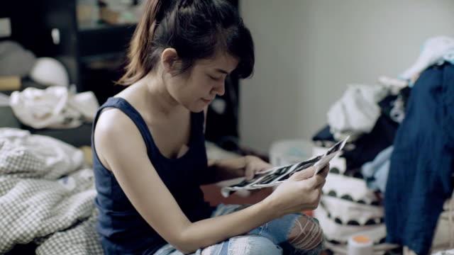 vidéos et rushes de image ultrasonore à la recherche de femme enceinte - attendre