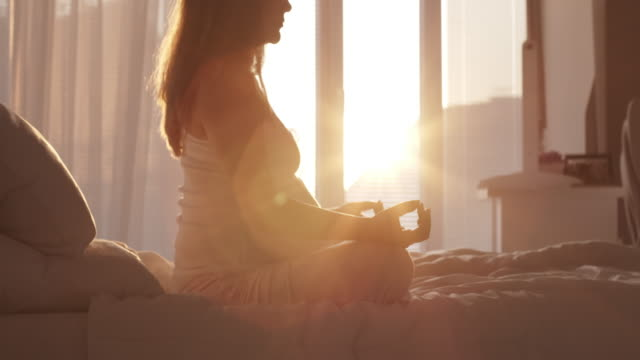 vídeos de stock e filmes b-roll de pregnant woman meditating at home - aconchegante