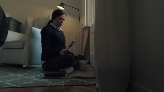 gravid kvinna målning fönster i vitt - barnkammare bildbanksvideor och videomaterial från bakom kulisserna
