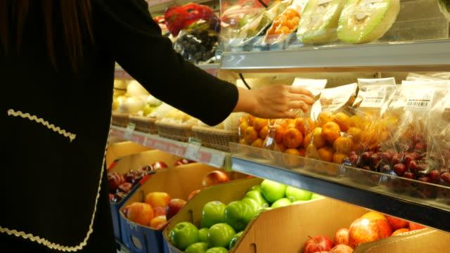 zwangere vrouw winkelen in de supermarkt