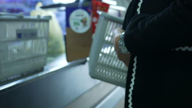 gravid kvinna spendera pengar på kassören disk butik - kassa bildbanksvideor och videomaterial från bakom kulisserna