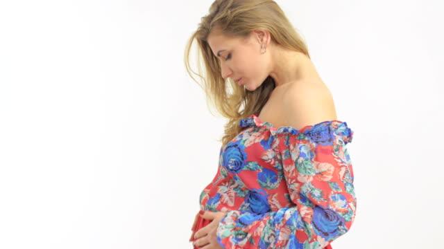 vídeos de stock, filmes e b-roll de mulher grávida stroking seu estômago com as mãos - animal abdomen