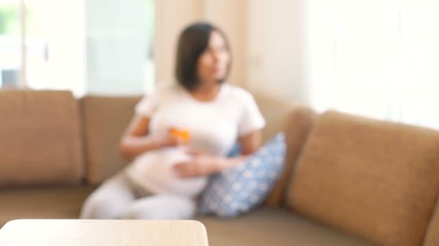 vidéos et rushes de femme enceinte prendre le verre de jus d'orange pour boisson - soin prénatal