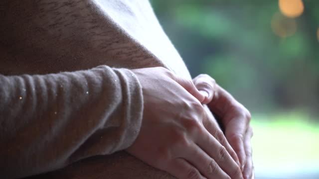 vídeos y material grabado en eventos de stock de tocar suavemente su barriga de mujer embarazada - 30 39 years