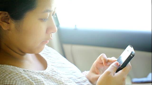 妊娠中の女性のスマートフォンを使用してお車