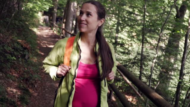 vídeos de stock, filmes e b-roll de mulher grávida visualização paisagem na floresta de verão - destino turístico