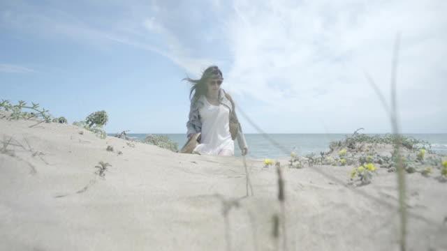 F-M/S pregnant woman walking in a beach (summer)