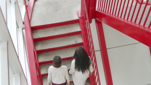 階段を下って友人と歩く妊婦 - ユーラシアエスニシティ点の映像素材/bロール