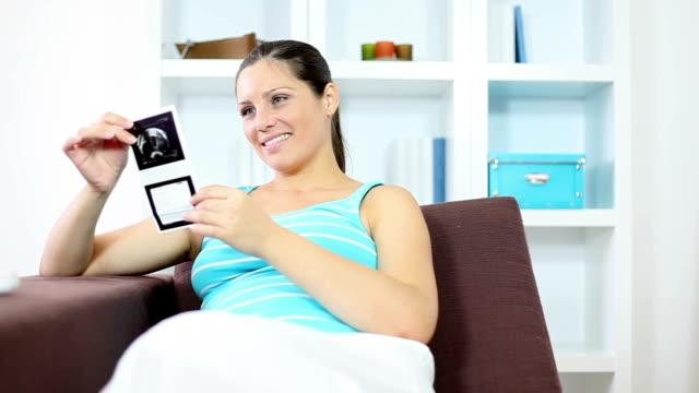 妊娠中の女性、超音波写真 - 妊娠中の健康管理点の映像素材/bロール