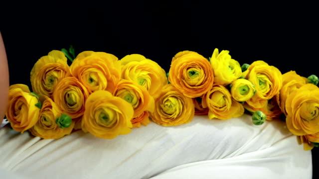 vídeos de stock, filmes e b-roll de mulher grávida com rosas amarelas - cuidado pré natal