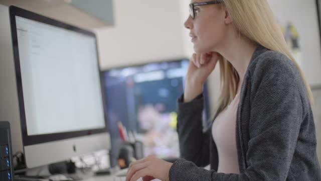 schwangere frau, die zu hause arbeiten - hot desking arbeitsplatz stock-videos und b-roll-filmmaterial