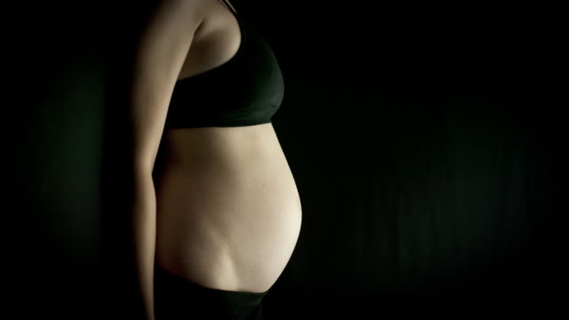 T/L MS Pregnant woman's belly growing in size