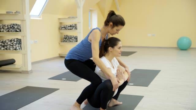 妊娠中の女性はヨガを行使します。 - 妊娠中の健康管理点の映像素材/bロール