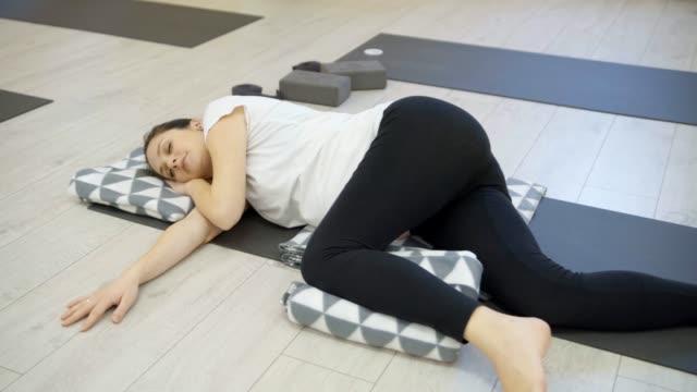 vidéos et rushes de les femmes enceintes exercent yoga - soin prénatal