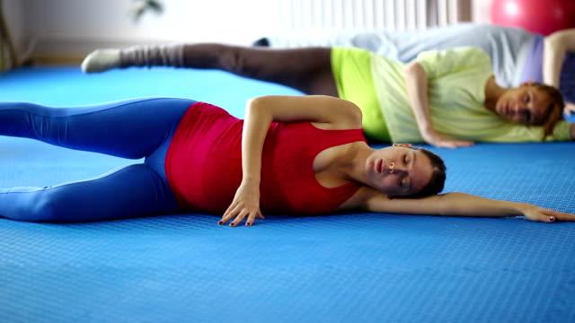 donne incinte esercizio fisico. - coscia gamba umana video stock e b–roll