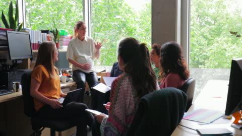 gravida arbetstagare talar om biologi med kollegor - planering bildbanksvideor och videomaterial från bakom kulisserna