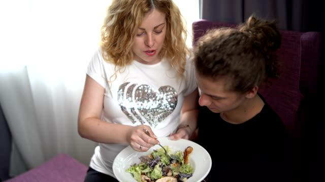 vidéos et rushes de jeunes couples enceintes à la maison - enjoyment