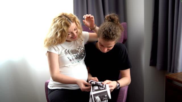 vídeos y material grabado en eventos de stock de pareja joven embarazada con imágenes de ultrasonido - embrión etapa humana