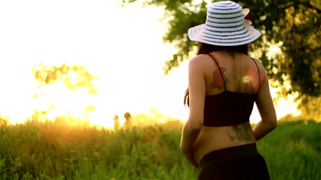 vídeos de stock, filmes e b-roll de grávida jovem desfrutando no belo pôr-do-sol - animal abdomen