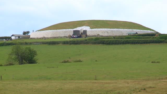 WS Prehistoric monument of newgrange / Slane, County Meath, ireland