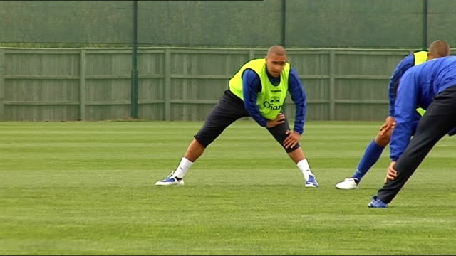 vidéos et rushes de everton fc training session; england: merseyside: finch farm: ext david moyes watching players / general view everton team stretching legs in... - everton