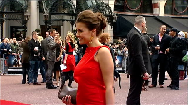 vídeos de stock, filmes e b-roll de premier league footballer wins case for renewal of superinjunction 2452008 london ext imogen thomas arriving at 'iron man' premiere wearing red dress - liga esportiva