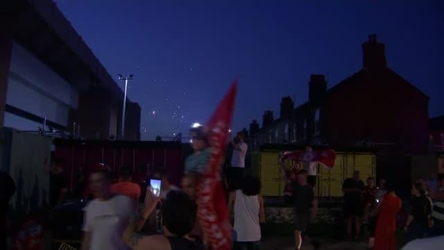 liverpool celebrate winning premier league; 25.6.2020 england: merseyside: liverpool: ext / night group of liverpool football fans celebrating... - itvイブニングニュース点の映像素材/bロール
