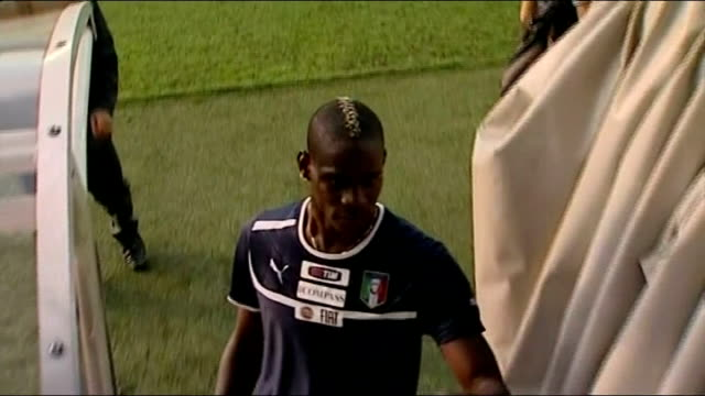 liverpool look set to sign mario balotelli; t20061211 / tx poland: krakow: ext mario balotelli signing autograph for fan in stands - autogramm stock-videos und b-roll-filmmaterial