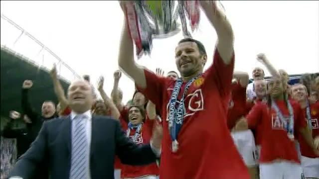 vidéos et rushes de premier league; manchester city and manchester united fight for top spot / other places up for grabs; x16050902 16.5.2009 england: manchester: old... - trophée