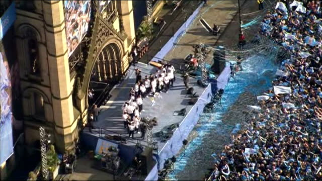 vídeos de stock e filmes b-roll de manchester city victory parade aerials england manchester crowd of manchester city fans gathered to celebrate premier league win outside manchester... - town hall