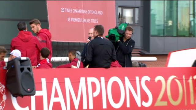 vidéos et rushes de manchester united victory parade: open-top bus; more players onto bus to lift trophy including nani and phil jones, david de gea, anders lindegaard... - trophée