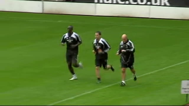 vidéos et rushes de newcastle united training england newcastle st james' park ext newcastle united squad on pitch training michael owen running round pitch jonas... - newcastle upon tyne