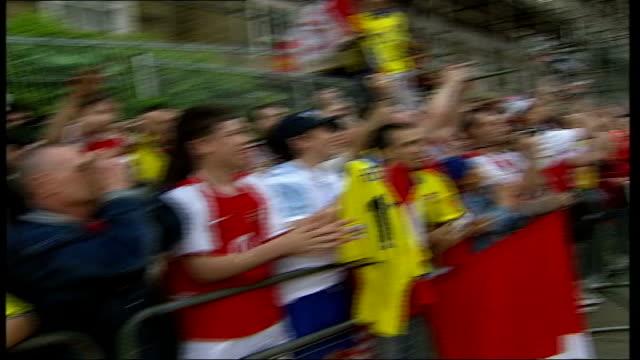 vidéos et rushes de unbeaten champions arsenal celebrate title triumph; itn england: london: highbury: ext arsenal football team on top deck of bus as parade premiership... - trophée