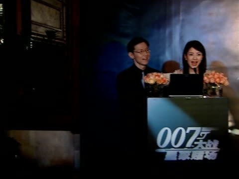 vídeos de stock, filmes e b-roll de premiere of casino royale takes place in beijing with new bond daniel craig in attendance chinese announcers introduce producers of 'casino royale'... - daniel craig ator