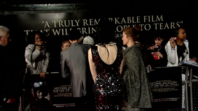 vidéos et rushes de premiere of documentary michael jackson the life of an icon comedian russell kane signing autographs as arriving for premiere and along with... - autographe