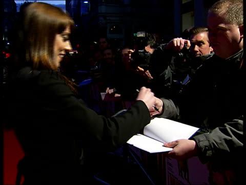 vidéos et rushes de premiere of 'i want candy' film: arrivals; melanie chisholm signing autographs for fans - première