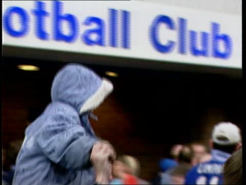 vidéos et rushes de premiership deciders; a)23.00 itn england: liverpool: goodison park: everton fans celebrating outside club - everton