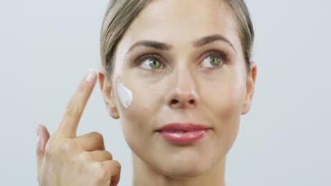 vídeos y material grabado en eventos de stock de la piel premium merece un hidratante de primera calidad - mujer bella