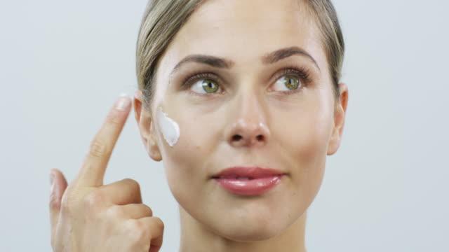 vídeos de stock e filmes b-roll de premium skin deserves premium moisturiser - mulher bonita