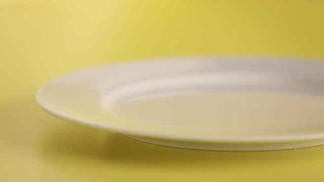 vídeos de stock, filmes e b-roll de preparando y sirviendo tortilla de hongos y queso - ovo mexido
