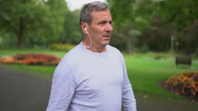 vídeos de stock e filmes b-roll de preparation before jogging - esticar