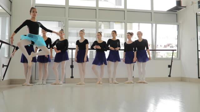 vorbereitung für den großen auftritt - ballettstudio stock-videos und b-roll-filmmaterial